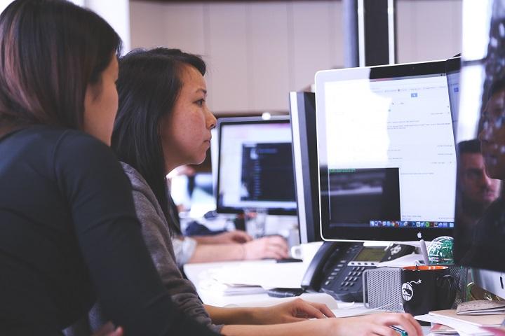 Estudantes utilizando computadores (creative commons)